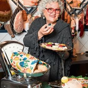 Madame Tricot hat in der  Altstadt von Wil ihre Kunst ausgestellt.   Metzgerei zum Wilden Mann. Dort sind ihre Stricksachen ausgestellt. Sie befasst sich zudem intensiv mit Blutegeln